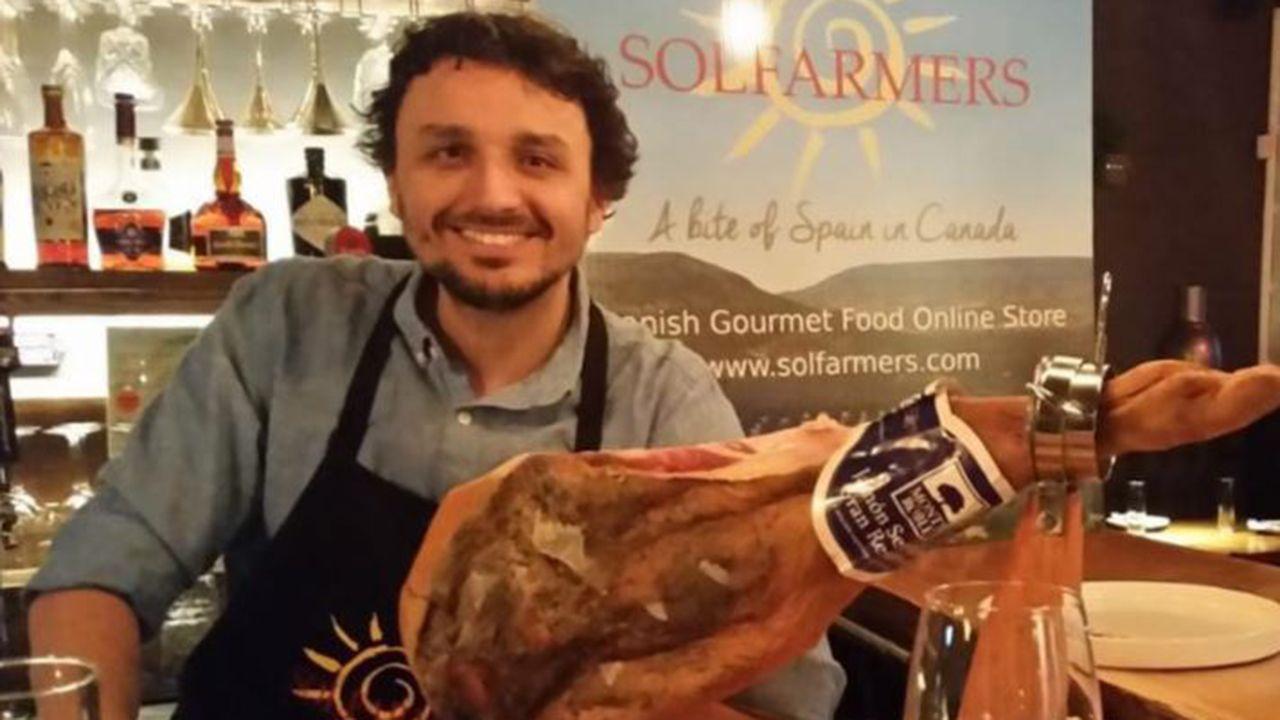 Álvaro González Polledo con uno de sus productos importados