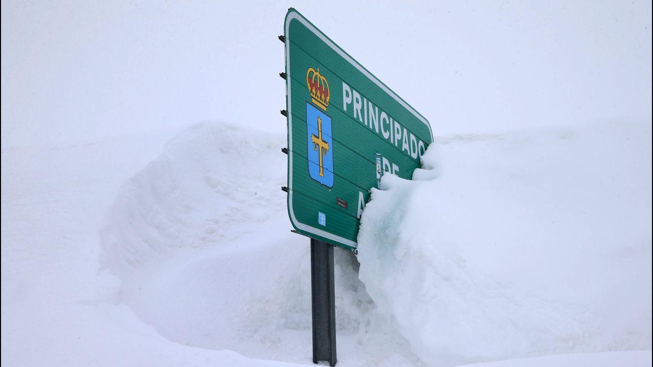 Los efectos de Gloria: ríos desbordados y pueblos aislados por la nieve.La carretera del puerto asturiano de San Isidro bajo la nieve