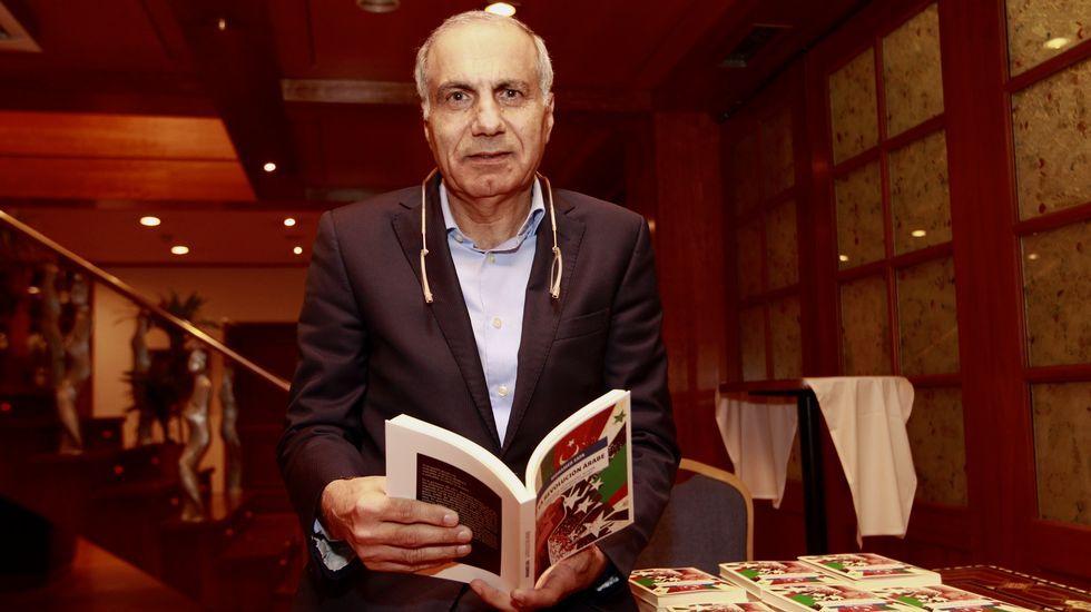 PALESTINAH.Ángel Alonso y Miguel Ángel San Miguel, que muestra la tarjeta contra la Selección israelí