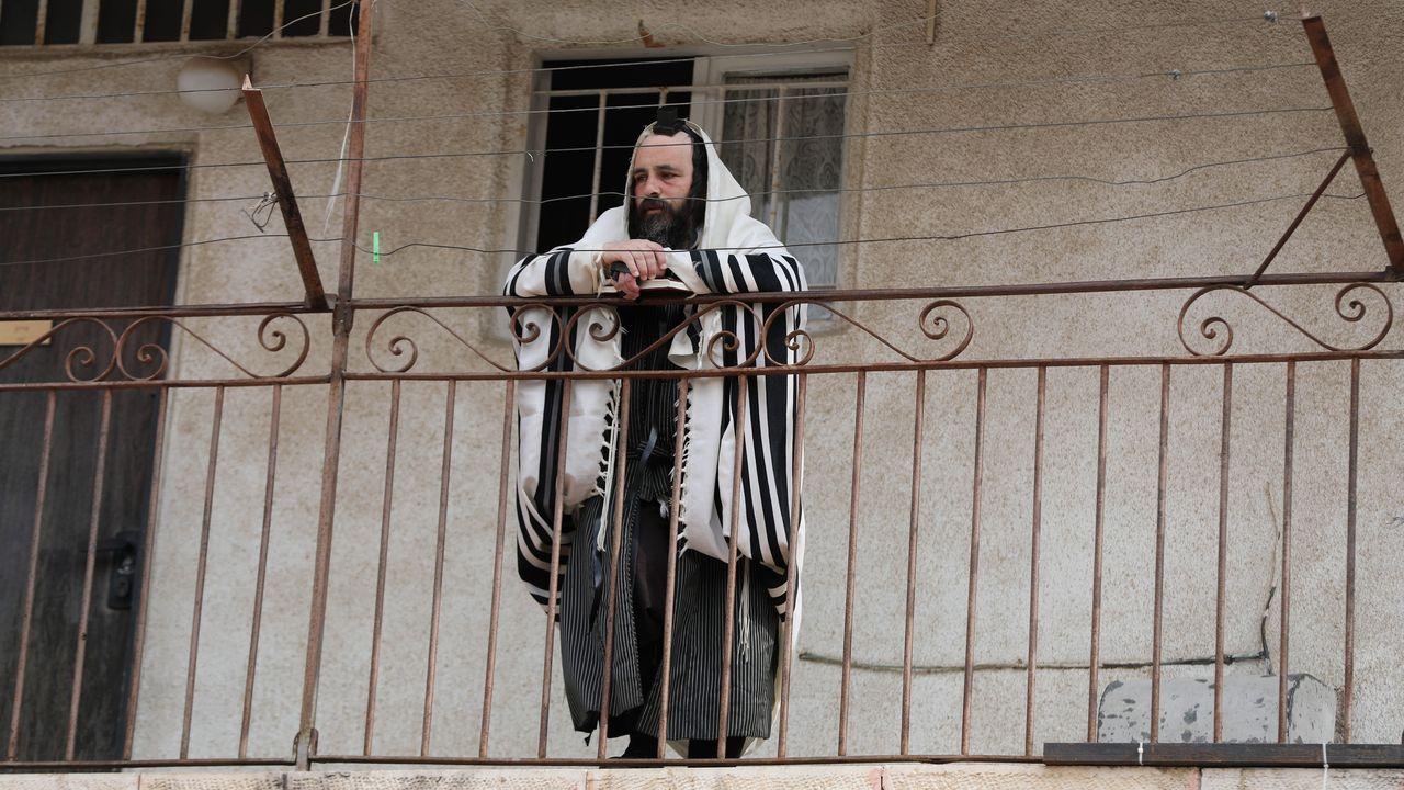 El mundo toma el pulso a la nueva realidad.Un ultraortodoxos, durante el rezo de la mañana en Mea Shearim, a las afueras de Jerusalén