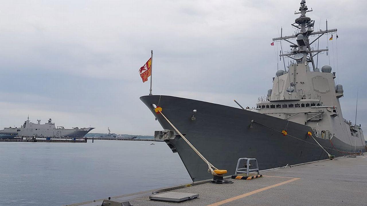Sesión de investidura en el concello de Ferrol.La F-105 y el Juan Carlos I (al fondo) en la base alemana de Kiel