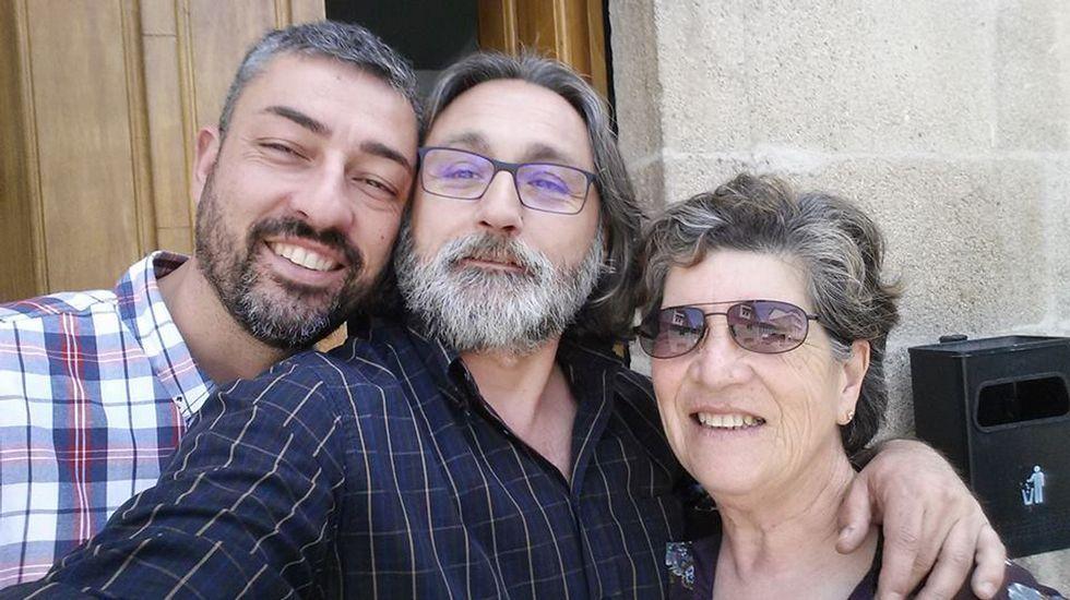 Selfies de despedida. Los concejales nacionalistas de Chantada Jesús Mazaira, Ildefonso Piñeiro y Olga Otero se despiden de los trabajadores del Concello a pocos días del final de la legislatura.