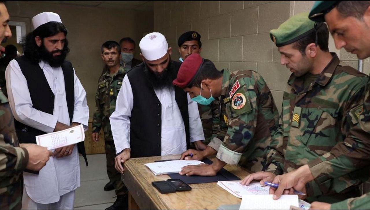 El Gobierno afgano liberó este jueves a otro centear de presos talibanes