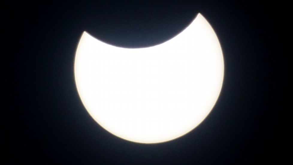 Un niño ve el eclipse desde Yakarta, Indonesia.