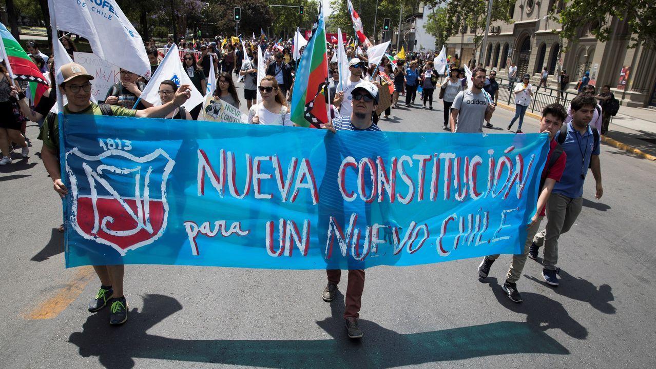 Profesores marcharonn por la avenida Alameda para protestar contra del Gobierno y reclamar mejoras sociales
