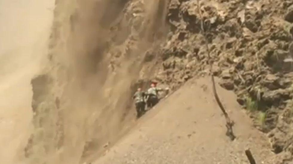 Un desprendimiento de rocas sorprende a un equipo de rescate en Nepal