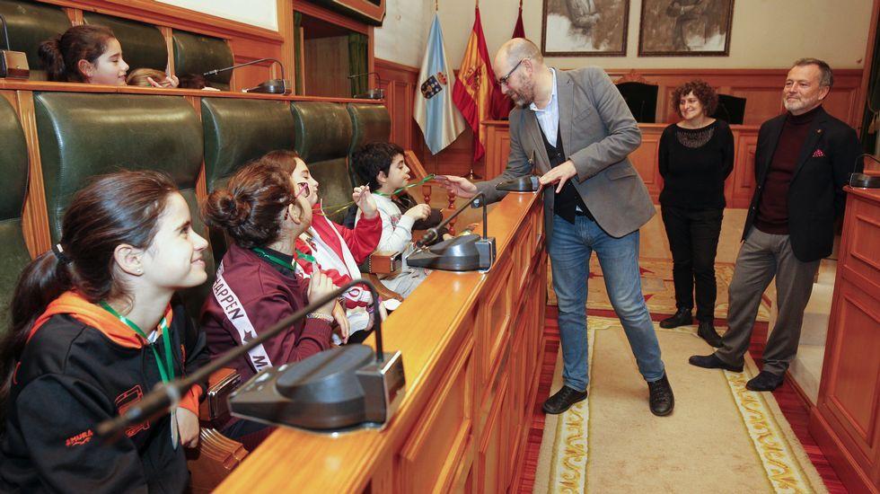 Los jóvenes políticos dan ejemplo en el pleno de Santiago.El secretario de Estado de Medio Ambiente, Hugo Morán