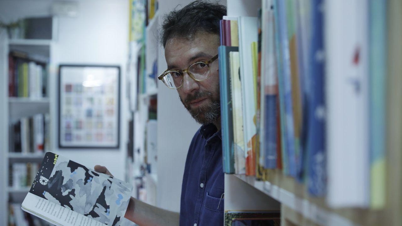 El autor planea visitar varios faros gallegos, tema que le interesa para una novela