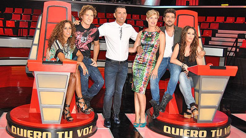 Jesús Vázquez, junto a Tania Llasera y los cuatro «coaches» de «La Voz».