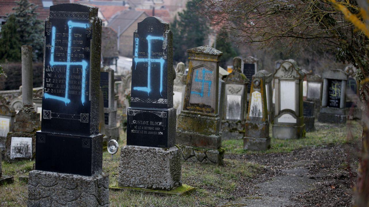Algunas tumbas fueron pintadas de amarillo y en otras pintaron esvásticas