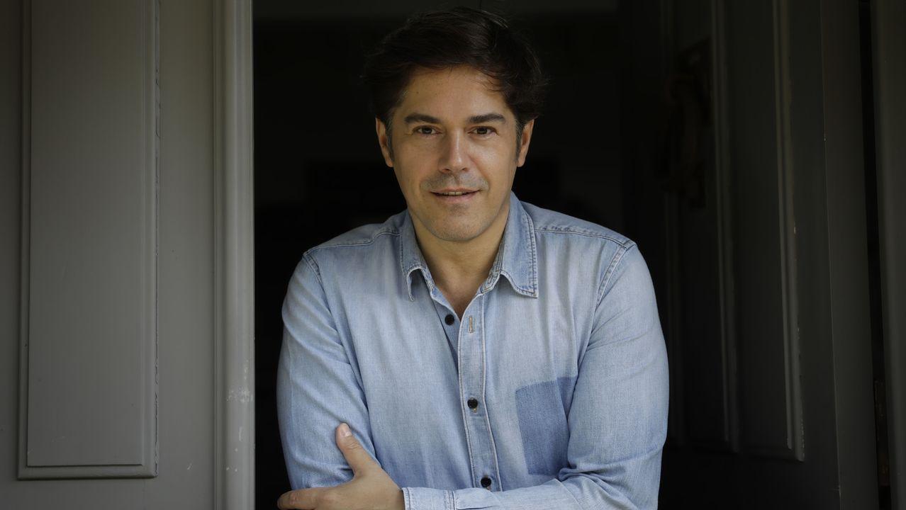 Bieito Romero interpreta el himno de Ourense.Tiziana Domínguez y José Manuel Baltar