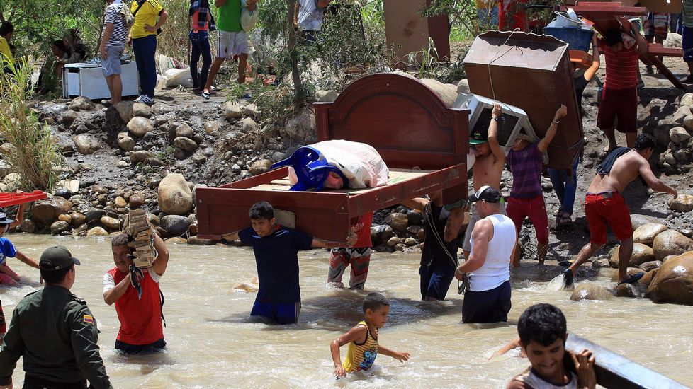El conflicto fronterizo entre Venezuela y Colombia genera ya más de mil deportados.Colas en un supermercado