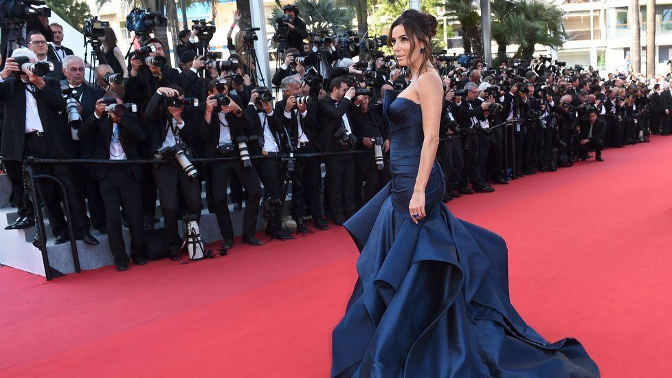 La estadounidense de origen mexicano Eva Longoria lució un aparatoso vestido azul noche