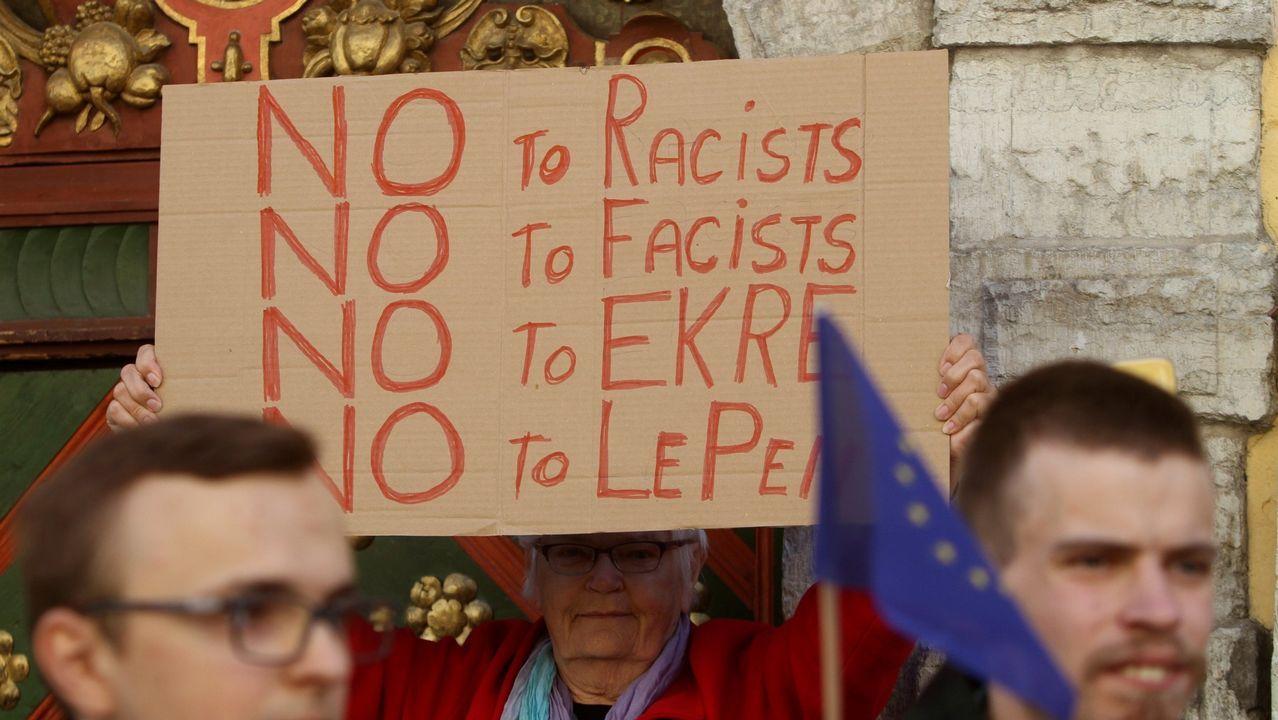Un grupo de manifestantes contra la ultraderecha en Tallín (Estonia)