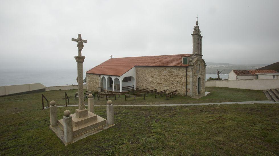 Cincuenta años de la consagración de la nueva iglesia de Castromil: ¡las imágenes!.Paco Cousillas, de As Pías, con algunos de los postres del restaurante