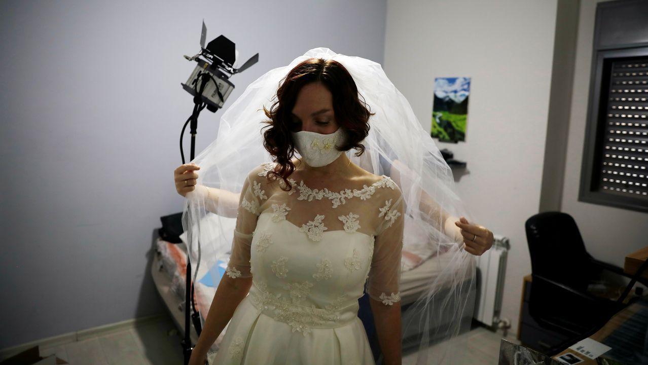 Una novia israelí se prepara para la ceremonia luciendo una mascarilla a juego con el vestido