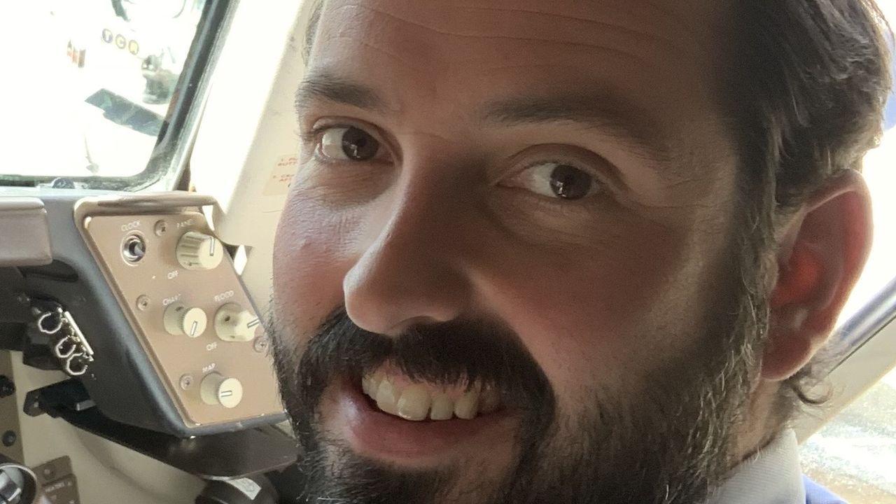 Alejandro Evangelista, en la cabina del avión con destino Shanghái