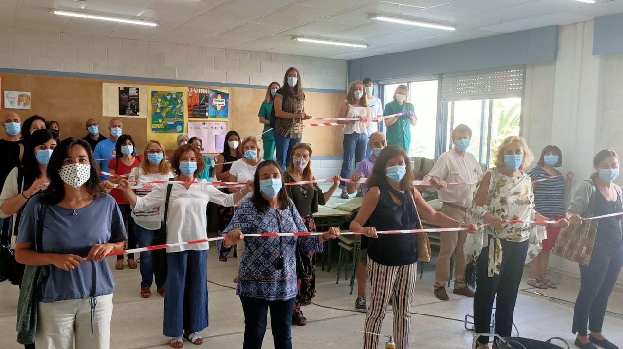 Profesores del instituto de Adormideras, en A Coruña, escenifican la falta de espacio para los alumnos en las aulas