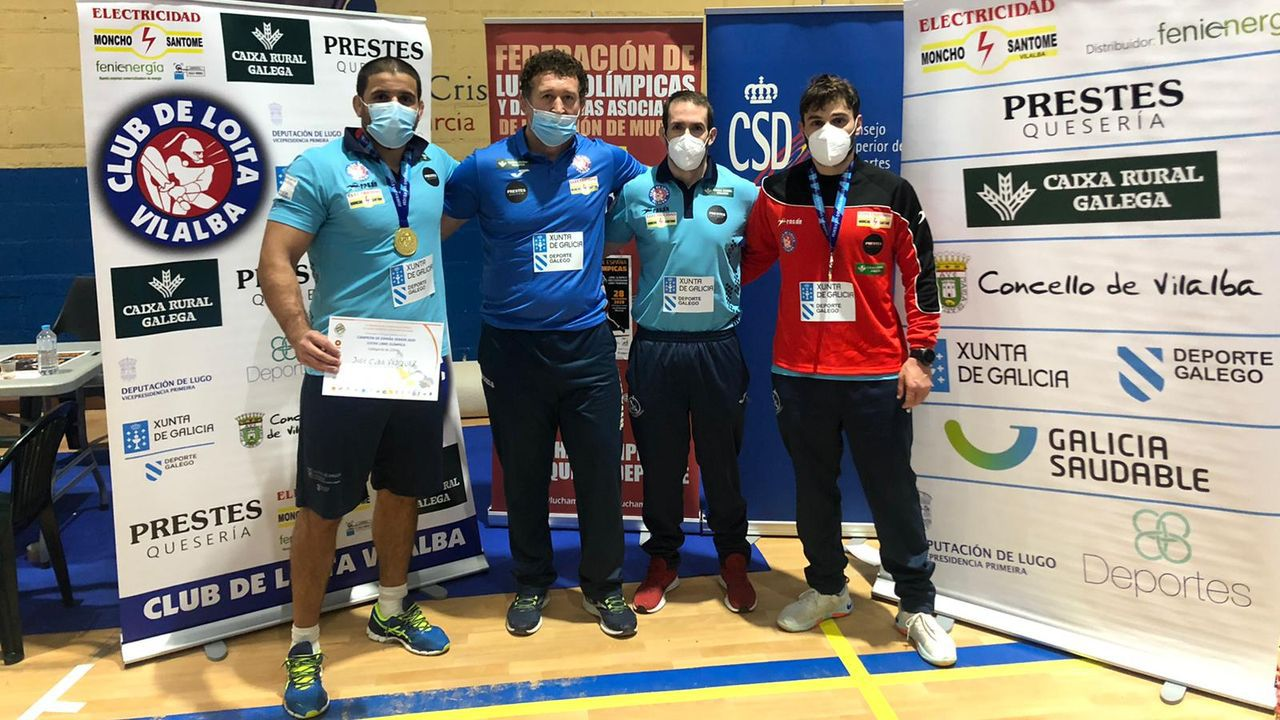 José Cuba, el primero por la izquierda, posando con su título de campeón de España.