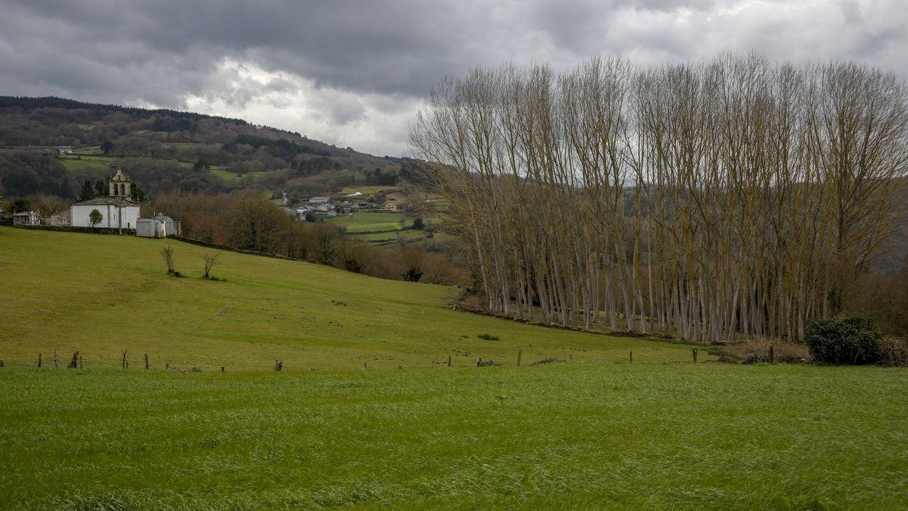 Vista de la iglesia de A Laxe desde la aldea de Mercadoiro