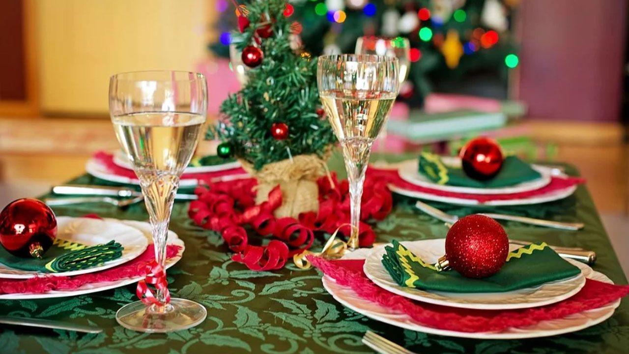 Mesa preparada para una cena navideña