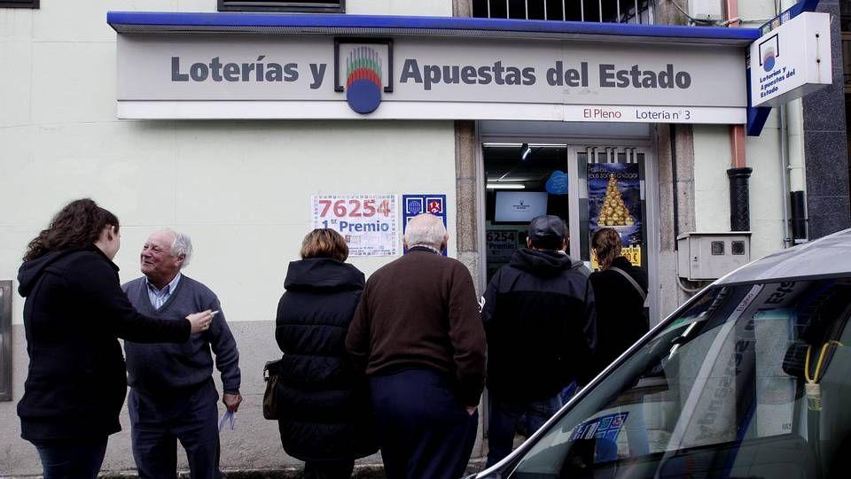 Las imágenes del sorteo de Lotería de Navidad.Imagen de un nube de contaminación en Gijón