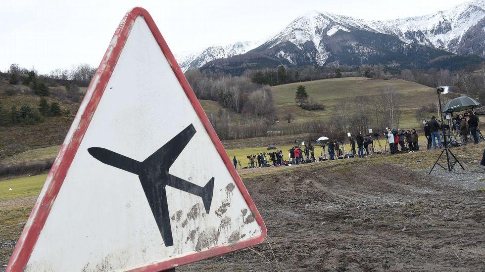 Periodistas cerca del lugar del accidente
