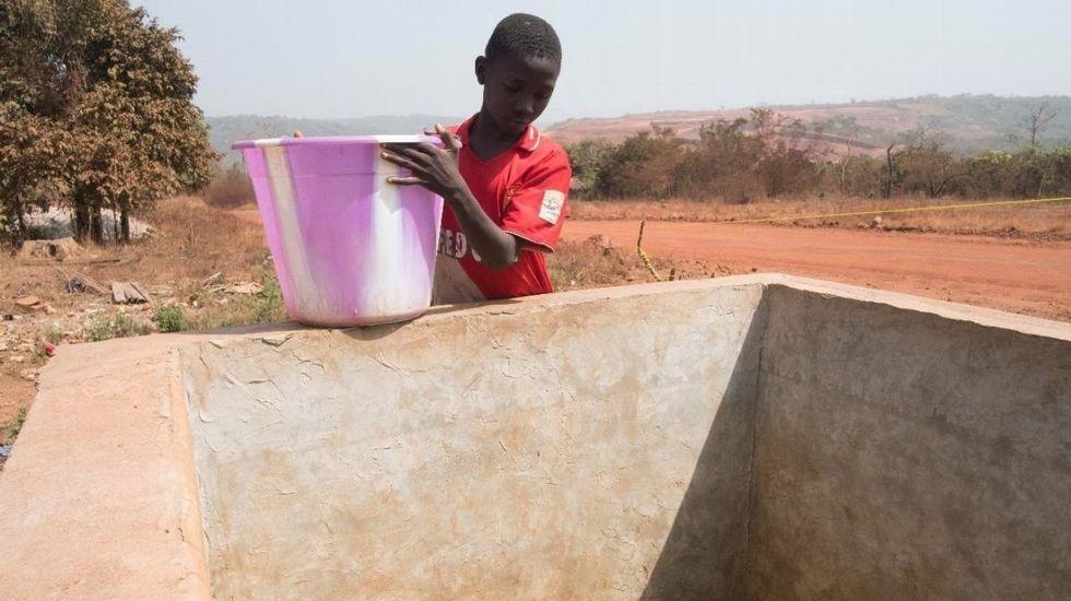 Pobreza es tener dificultades, por ejemplo, para acceder al agua potable, como este niño de Boké, Nairobi