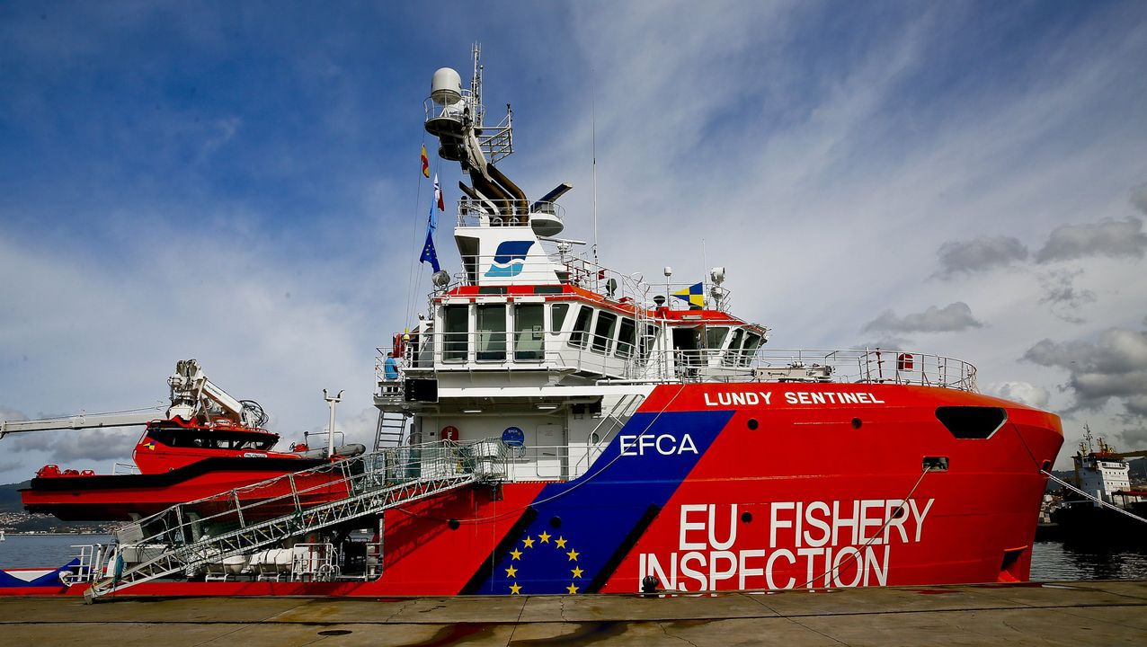 El Pesca 2 rescató a dos pescadores recreativos, padre e hijo.Antes de irse a pique en Ribadeo, el Leixón ya se hundido y había sido reflotado en Camariñas, en el 2009