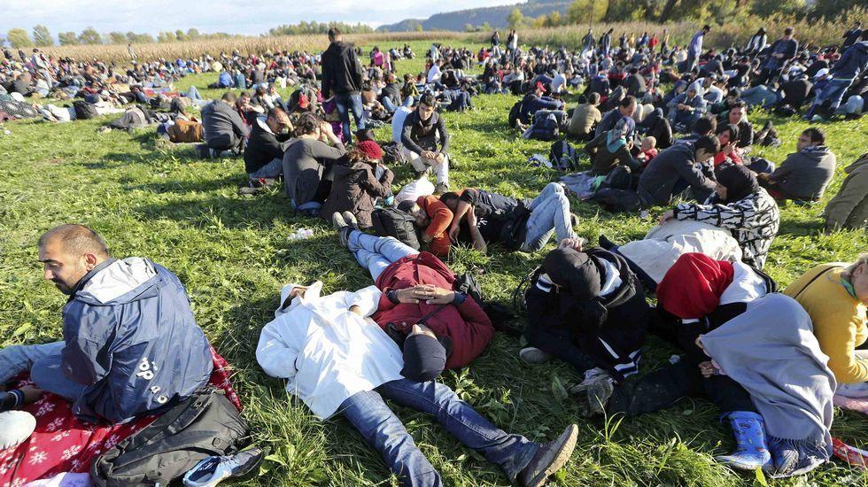 Cientos de refugiados tomándose un descanso cerca de Brezice, en Eslovenia