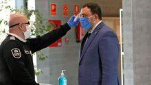 Un miembro de seguridad toma la temperatura al presidente del Gobierno de Asturias, Adrián Barbón, durante su visita este sábado a las instalaciones del Servicio de Emergencias del Principado (Sepa).