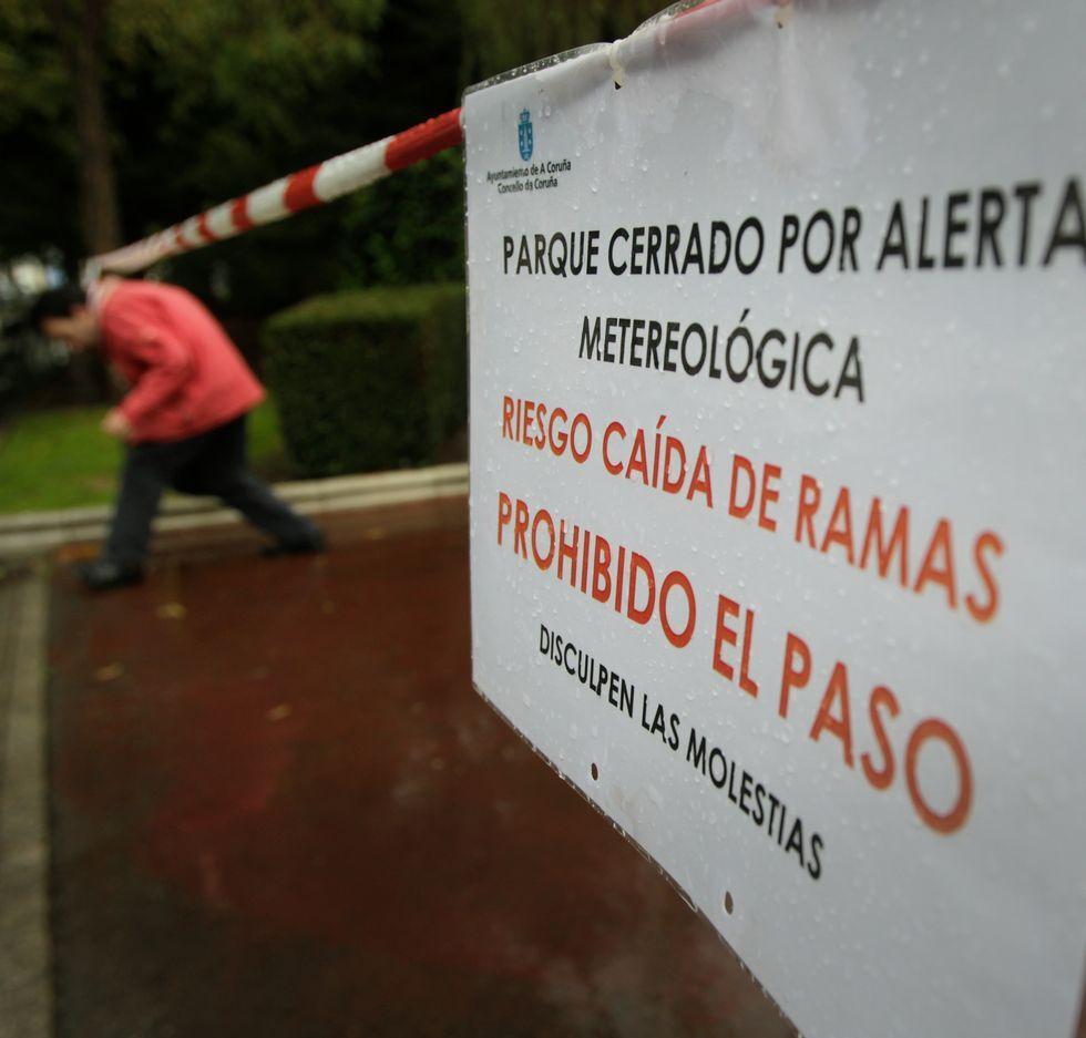 Un millar de personas recuerdan a las víctimas del accidente delrali de A Coruña.Los jardines de Méndez Núñez, cerrados al público.