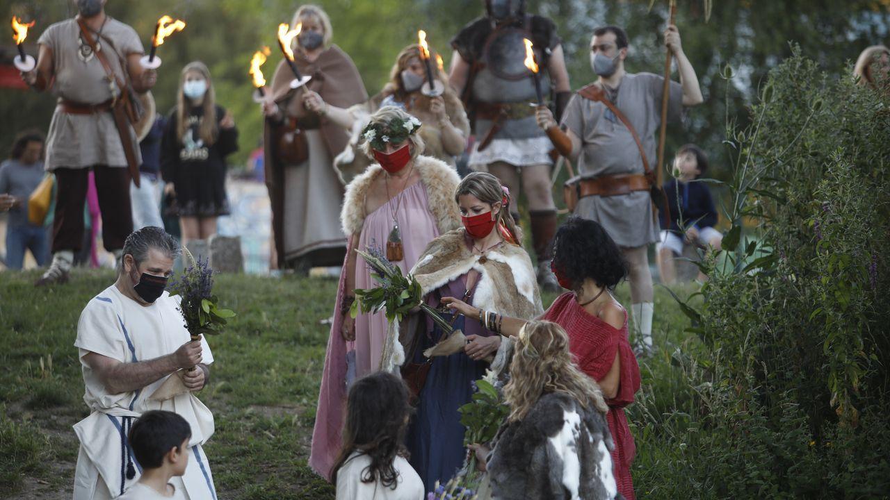 Junto al puente romano tuvo lugar un emotivo acto de los castrexos marcado por el silencio y las antorchas