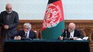 Abdulá y Ghani, durante la firma del acuerdo por el cual se reparten el poder en Afganistan