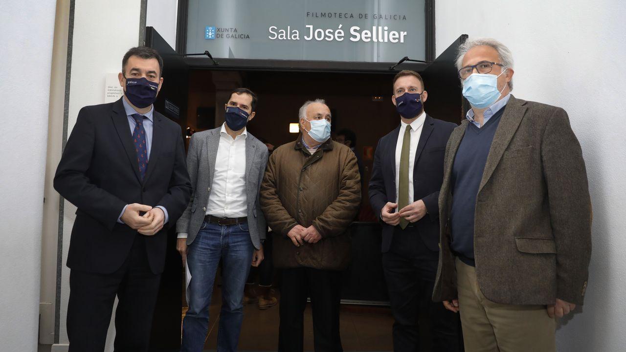 Protesta de los barcos de bajura en el puerto de A Coruña.Román Rodríguez (a la izquierda), Jacobo Sutil, Guillermo Escrigas, Gonzalo Trenor y Roberto Coira, ayer en la puerta de la sala de proyecciones del CGAI, que lleva el nombre del pionero  del cine José Sellier.
