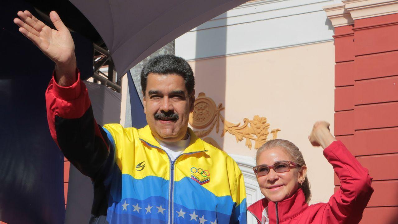 Maduro y la primera dama Cilia Flores saludan a sus simpatizantes durante un acto de Gobierno el jueves en Caracas
