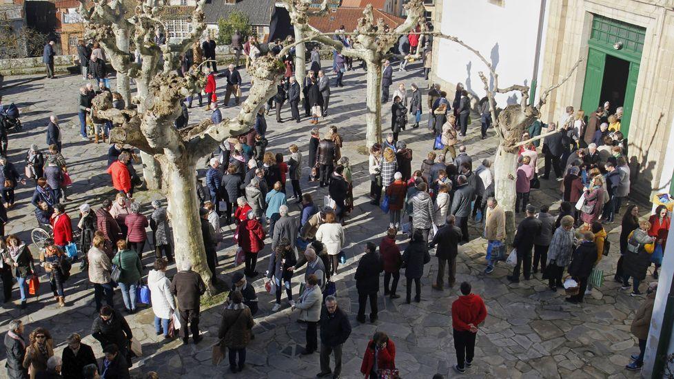 Los fieles, a la salida de la misa en el atrio de la iglesia de A Régoa