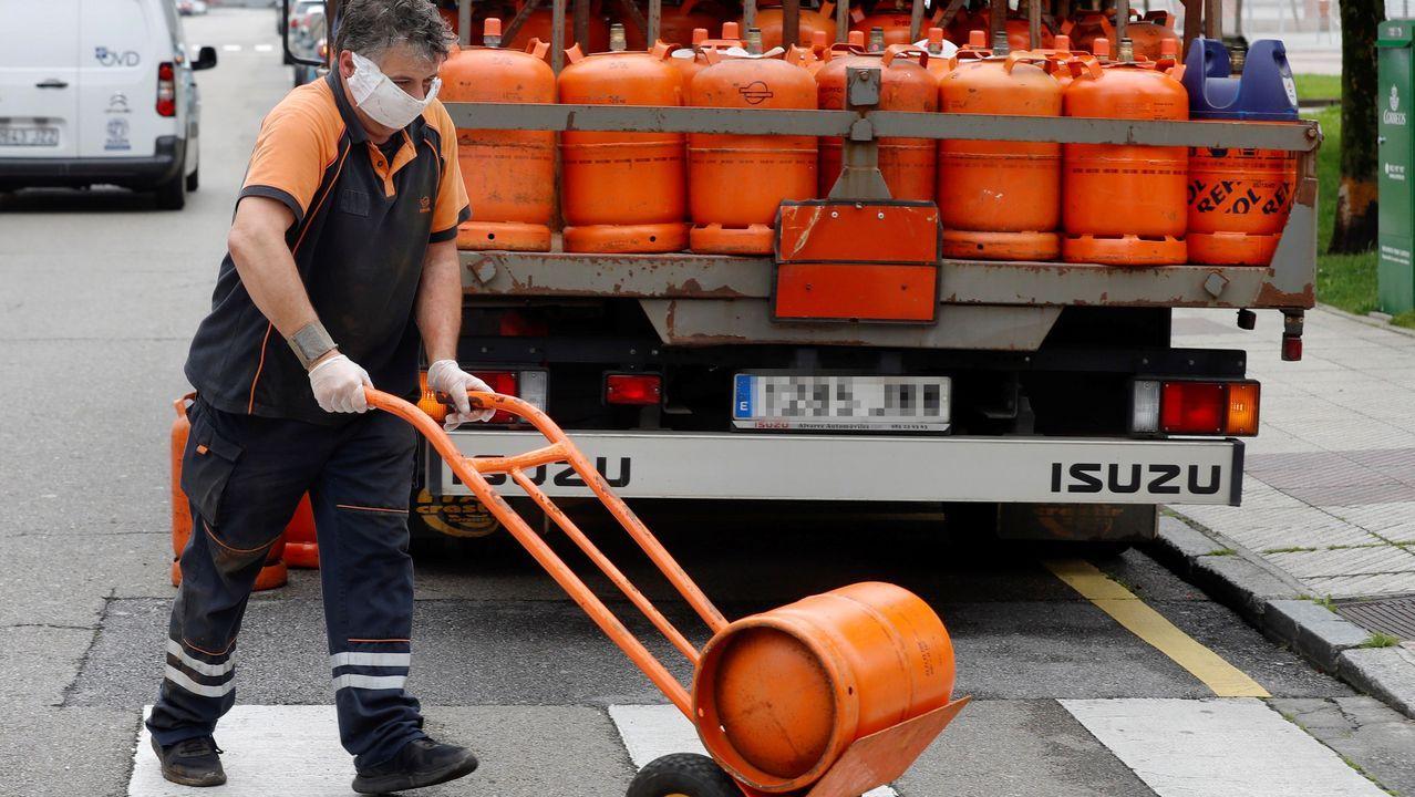 Un repartidor de butano realiza una entrega este lunes en el barrio ovetense de Ventanilles (Oviedo).