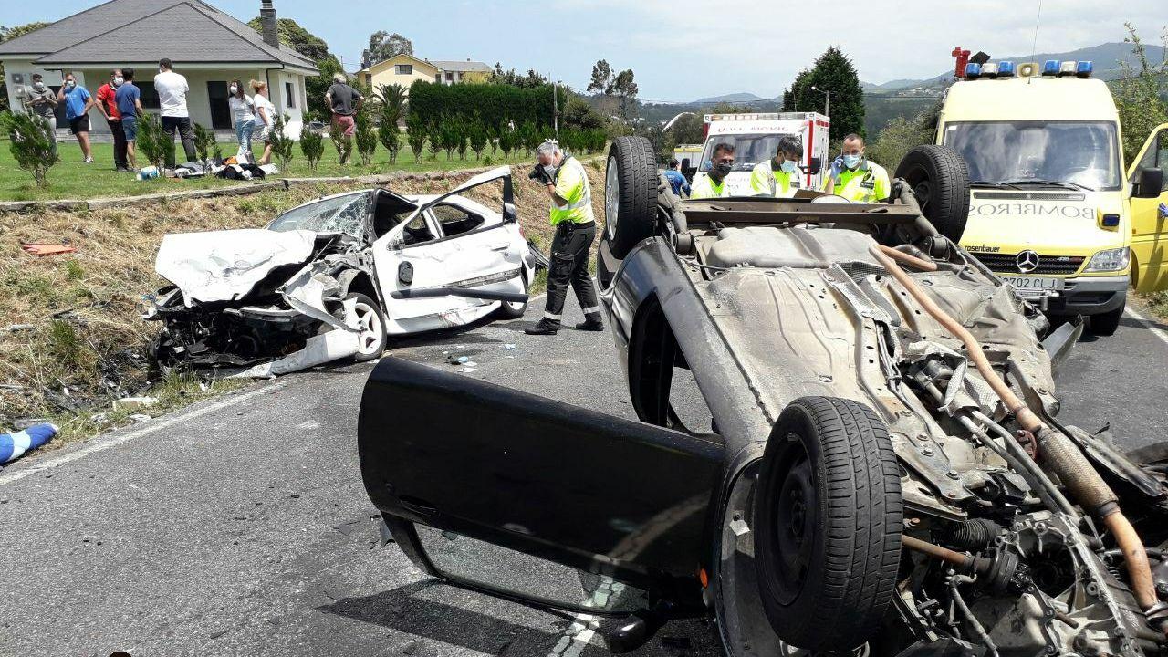 Accidente mortal en Muíños.La imagen cedida por el SEPA muestra cómo quedaron los vehículos tras la colisión