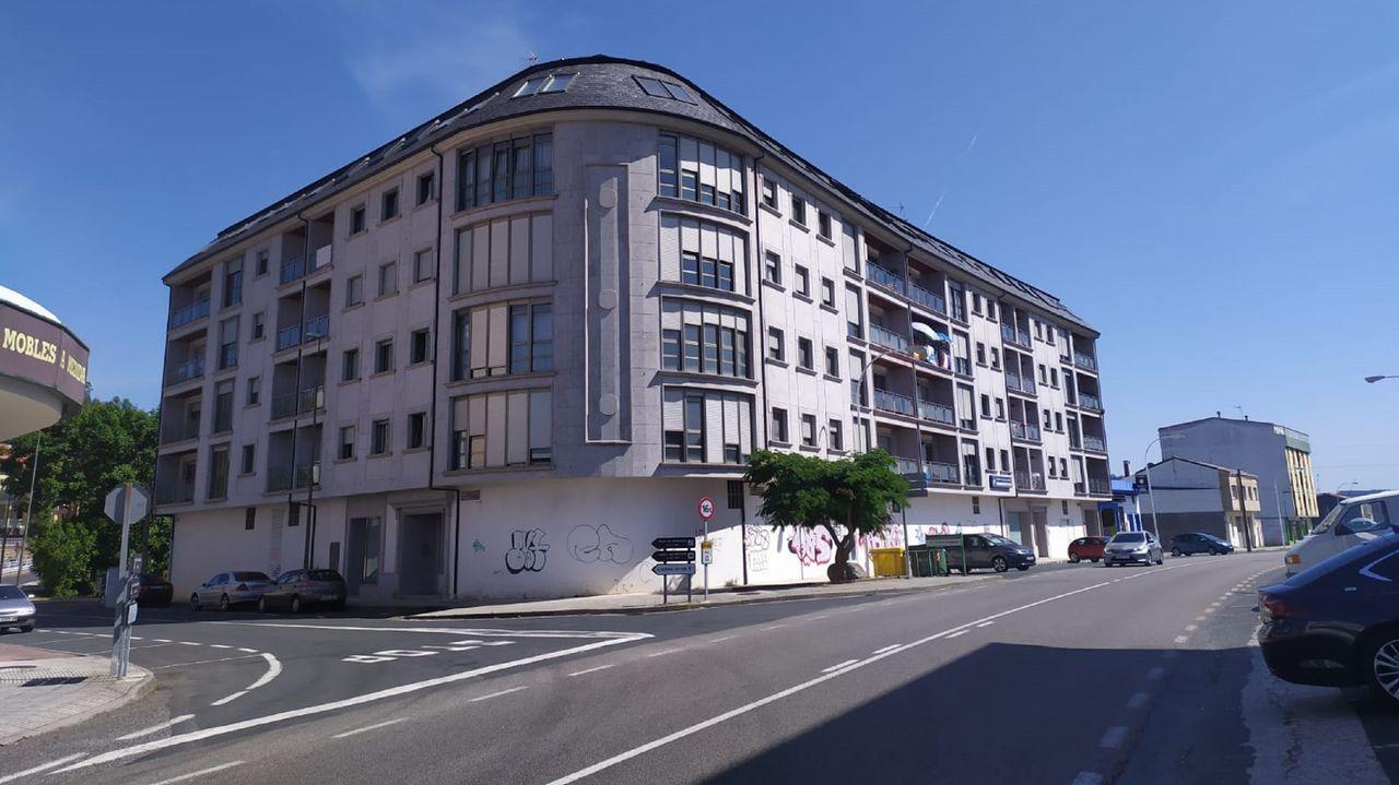 El edificio se encuentra en la avenida da Penela, en una de las entradas de la villa ortegana