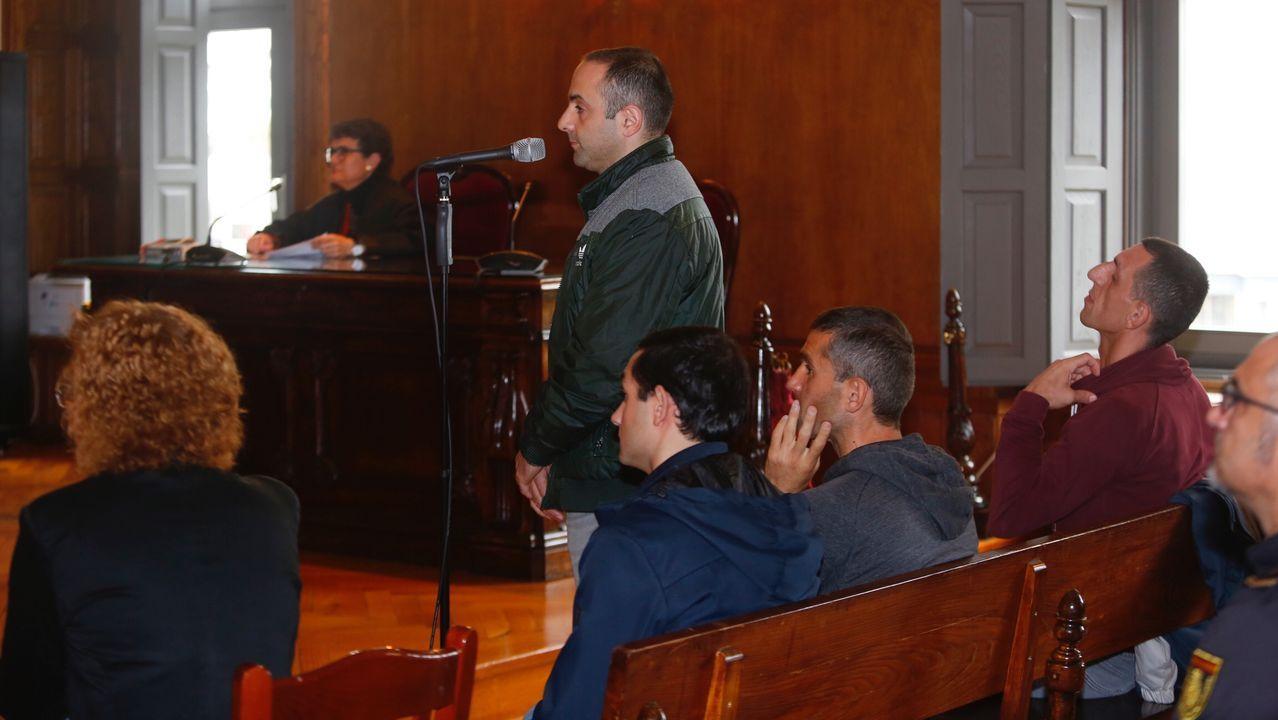 Entrada en los juzgados del supuesto asesino de la joven Ana Enjamio.Manuel, segundo por la izquierda, con camisa de rayas de manga corta, el narcoabogado condenado, junto al resto de procesados