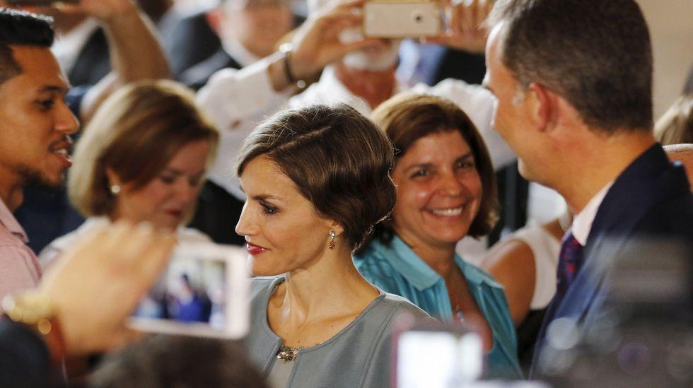La reina lució un recogido también estilo años veinte acorde con el vestido.