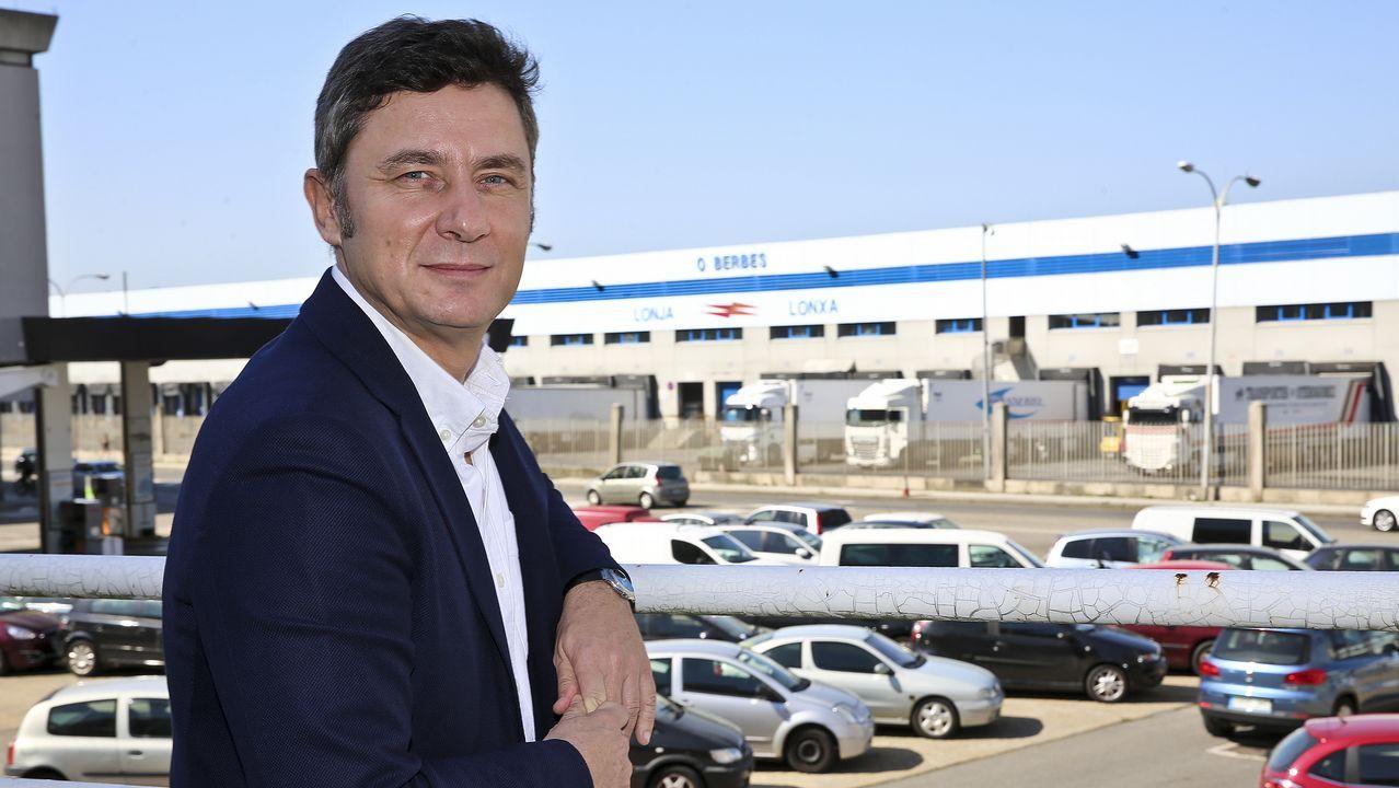 Un grupo de pasajeros consulta los vuelos en el Aeropuerto de Asturias.El hasta ahora arzobispo de Santiago de Chile, Ricardo Ezzati
