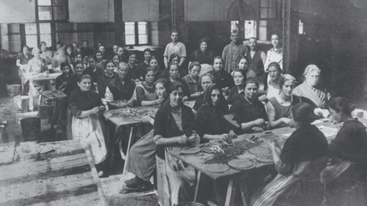 Iconografía femenina en la industria conservera de pescado en Asturias.Ferrao, a la izquierda