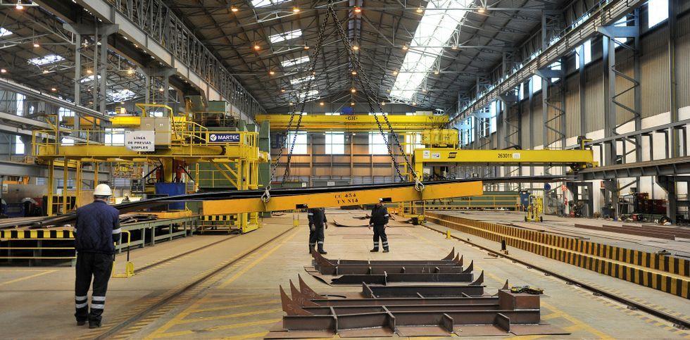 Los astilleros, por dentro.Parte de la plantilla directa, en el taller nuevo de bloques curvos, auxiliar del viejo y más grande.