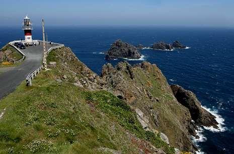 El faro de Cabo Ortegal y Os Aguillóns, en Cariño, uno de los atractivos de la costa ortegana.