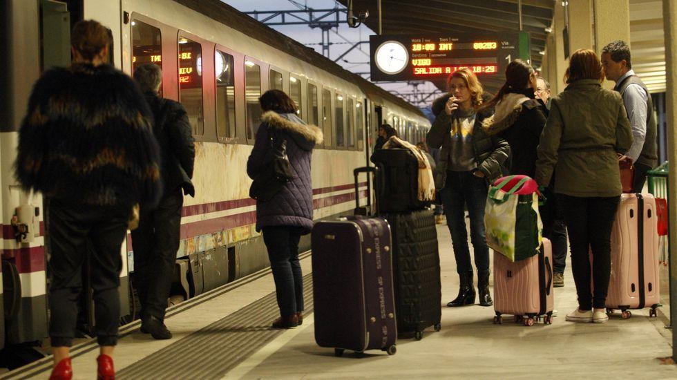 Viajeros en uno de los andenes de la estación de tren de Monforte