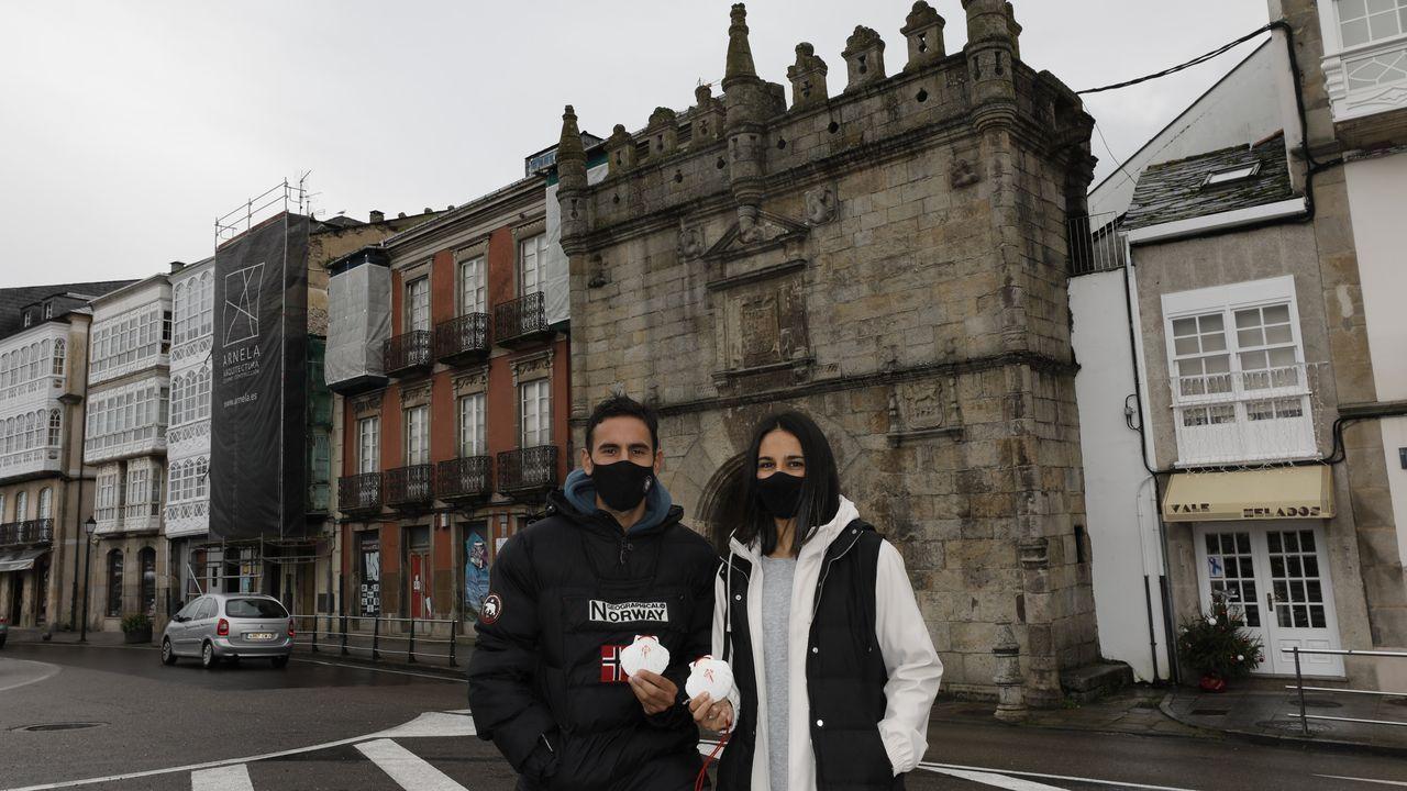 Toni.Manuel y María, ante la Porta de Carlos V de Viveiro, por donde sale el Camiño do Mar
