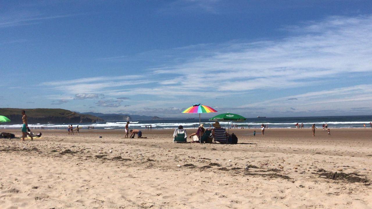 Playa de Xagó, en Asturias, en un idílico día veraniego