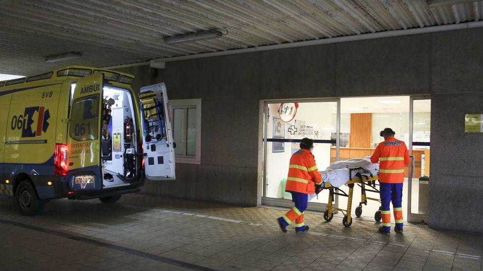 Traslado de un paciente a las urgencias del hospital Arquitecto Marcide, en una foto de archivo